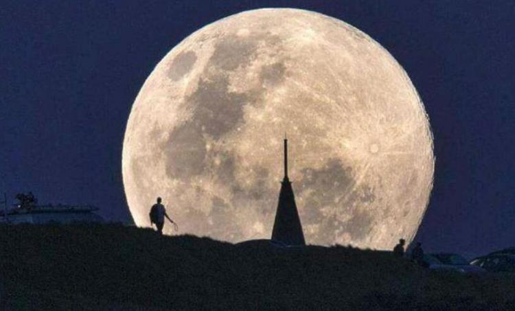 月亮从哪边升起