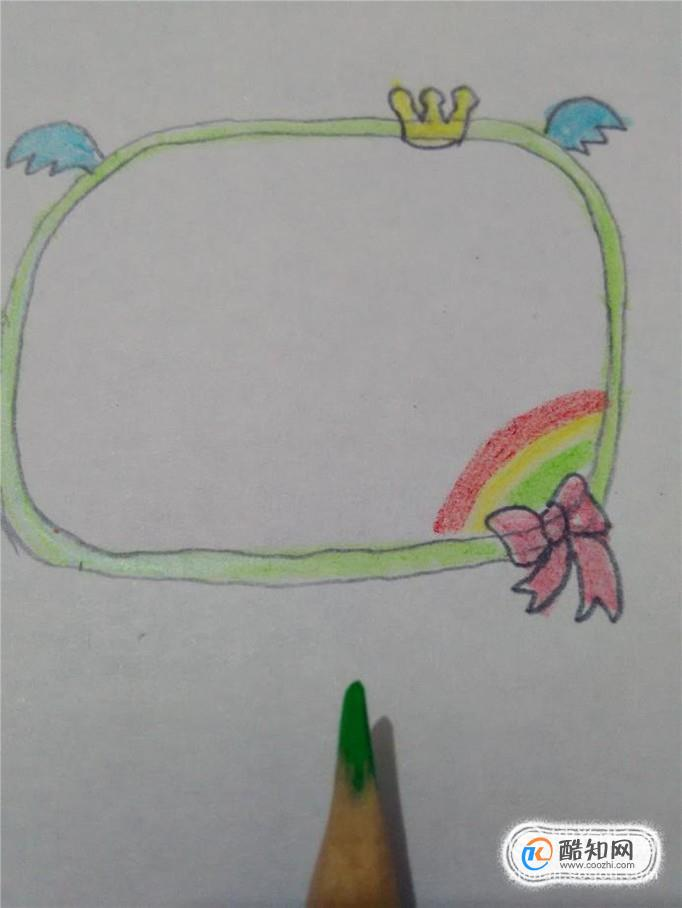 最后用绿色笔把框子涂成绿色,手抄报边框就画完了.