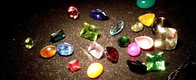 为什么宝石有五颜六色?