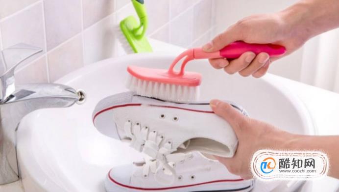 生活常识科普:白鞋子发黄怎么办如何把白鞋子洗白防止发黄