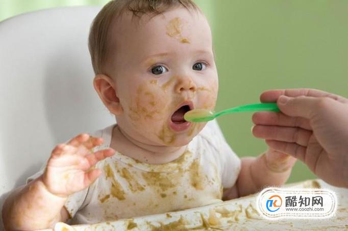 宝宝多大可以自己学习吃饭了?