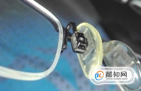 眼镜架更换新鼻托的正确方法