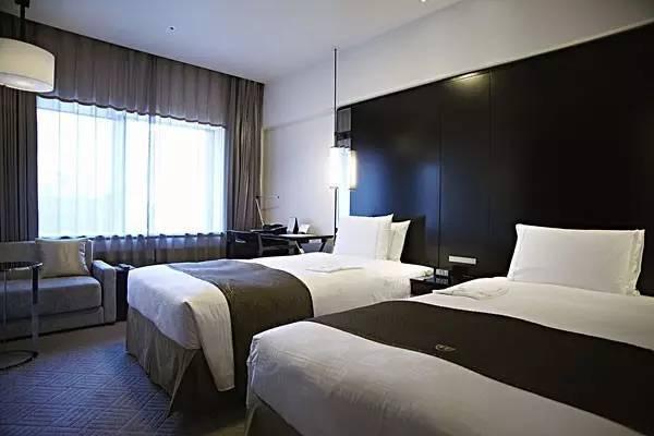 酒店床尾經常會放一塊長條的布,這是用來干嘛的?