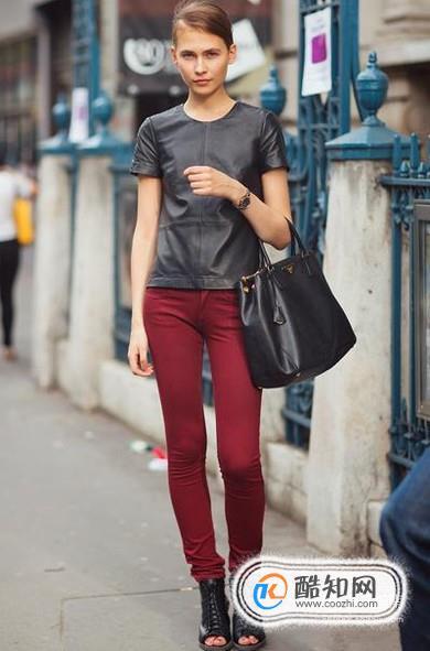 酒红色裤子怎么搭配
