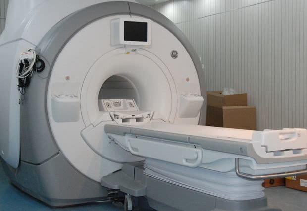 請問做核磁共振時,為何醫生讓家屬陪患者而醫生卻出去?