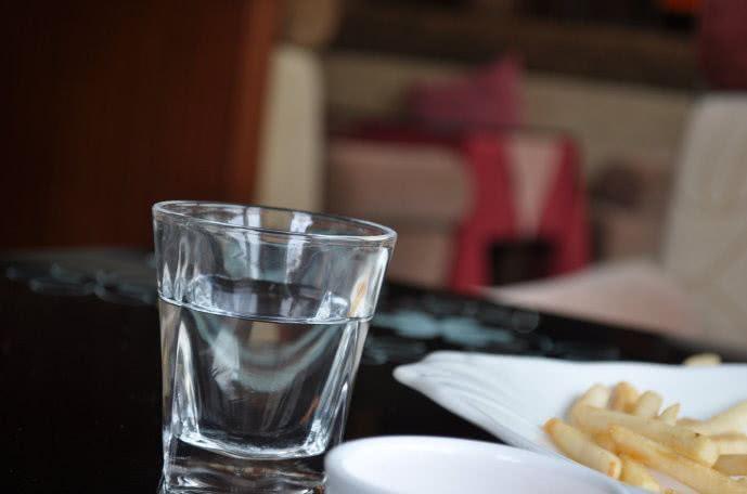 空腹喝白开水对身体有什么样的好处?
