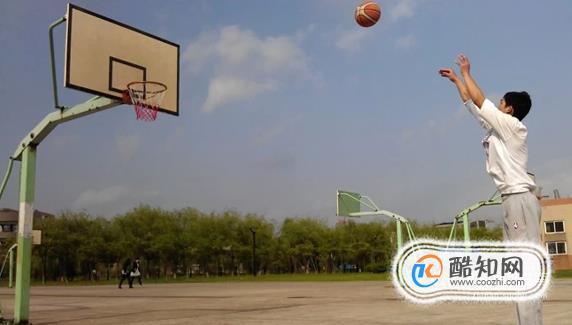 打籃球怎樣穩住投籃的手型