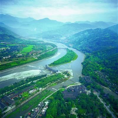 都江堰坐落在哪个平原?